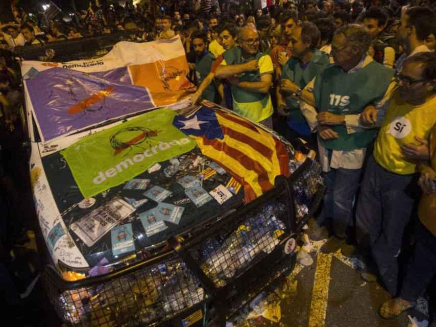 Los coches de la Guardia civil destrozados frente a la Consejería de Economía de la Generalidad.