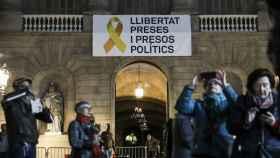 Pancarta a favor de los presos en el balcón de la Generalitat./