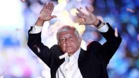 Andres Manuel Lopez Obrador en un mitin en el estadio Azteca