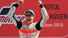 Marc Márquez celebra su victoria en Assen.