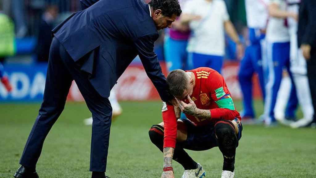 Fernando Hierro, consuela Sergio Ramos Foto: Twitter (@SeFutbol)