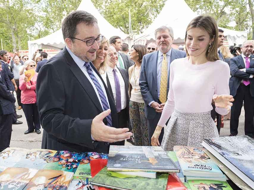 Doña Letizia comprando libros infantiles de la editorial SM en la Feria del Libro de Madrid en 2016.