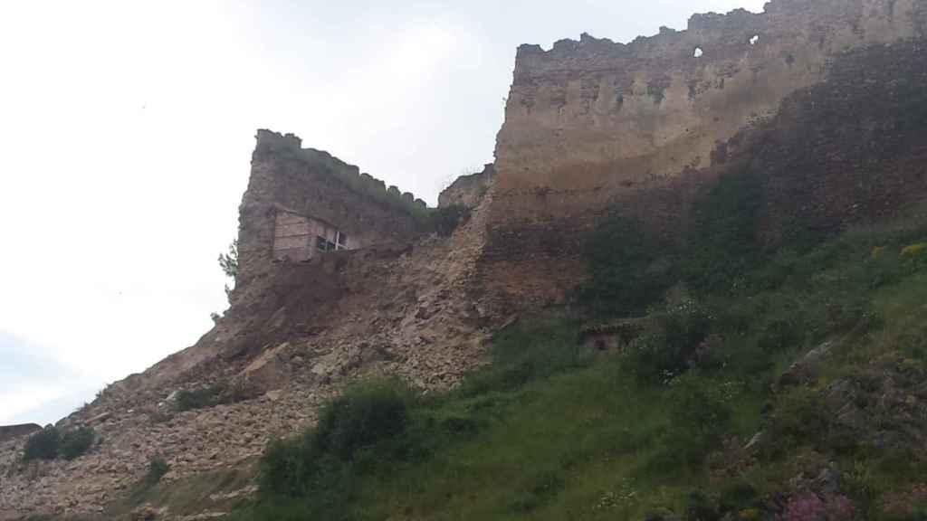 Vista del desprendimiento del lienzo del castillo.