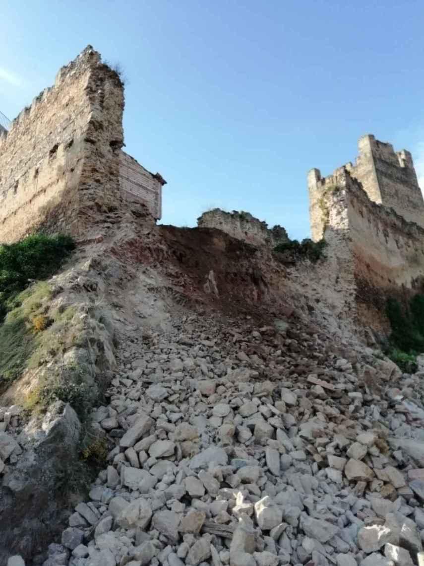 Los desprendimientos del muro sobre la ladera.