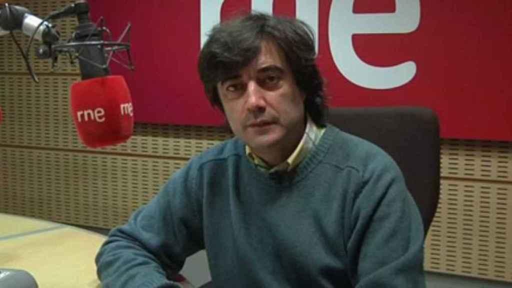 Tomás Fernando Flores en los estudios de RNE.