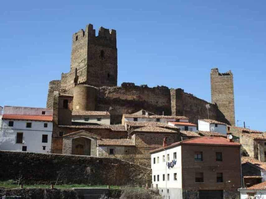 El castillo sobre el pequeño pueblo de Vozmediano.