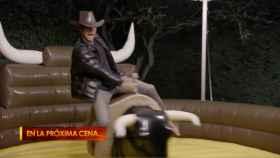 Julio José sobre el toro mecánico de su jardín.