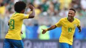 Neymar y Willian celebran el gol ante México. Foto: Twitter (@CBF_Futebol)