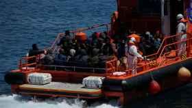 Un grupo de migrantes rescatados llega al puerto de Tarifa
