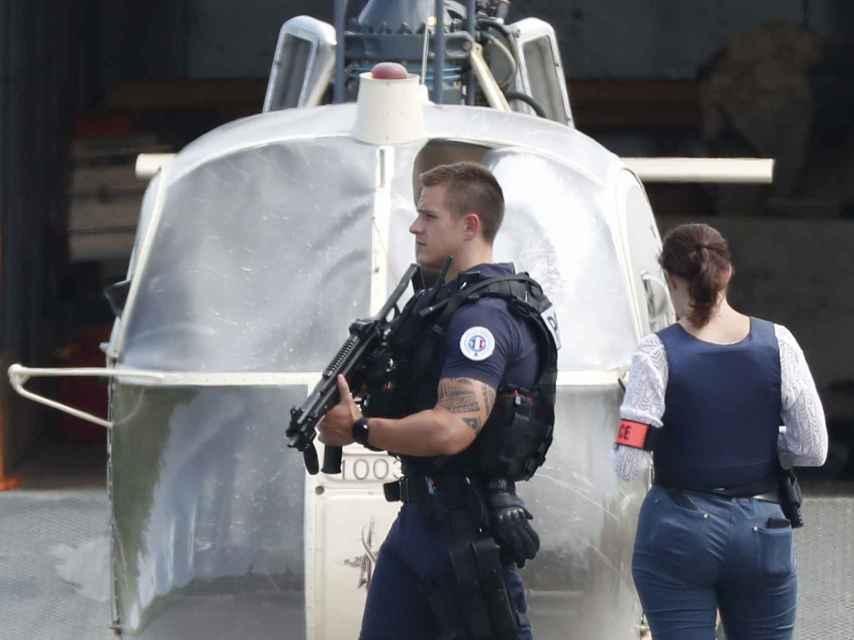 Agentes inspeccionando el helicóptero de la huida de Faïd