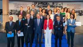 En el centro, Carmen Montón, ministra de Sanidad; a su derecha, Ignacio Garralda, presidente del Grupo Mutua Madrileña, y Valentín Fuster, director general del CNIC; y a su izquierda, Rafael Matesanz, presidente del Comité Científico, junto a los galardonados.