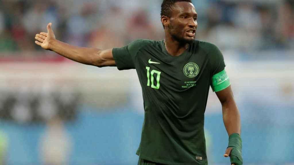 Obi Mikel durante un Nigeria - Argentina muy difícil para él.