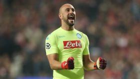 Pepe Reina en un partido con el Nápoles.