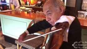 Carlos Maguiña tocando el violín en su nuevo trabajo.