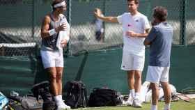 Nadal, Thiem y Roig hablan en un entrenamiento en Wimbledon.
