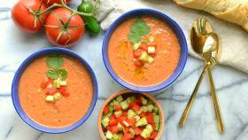 Dos platos de gazpacho, con sus trozos de pimiento y su pepino.