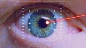 La luz de un puntero láser se cuela directamente en el iris de una persona.