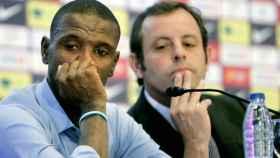 Eirc Abidal y Sandro Rosell durante la despedida del jugador.