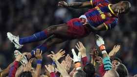 Abidal, manteado por sus compañeros poco después de su regreso al fútbol.