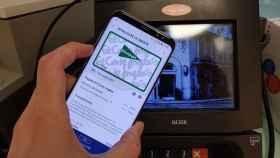 Imagen de un cliente pagando con la tarjeta de El Corte Inglés a través de Samsung Pay.