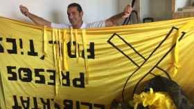 Juan Ribas, de Groc&lloc, quitó todos los lazos de la entrada de la prisión de Lledoners