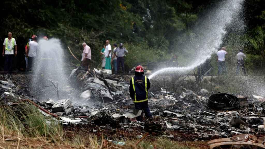 Un bombero trabajando en los restos del Boeing 737.