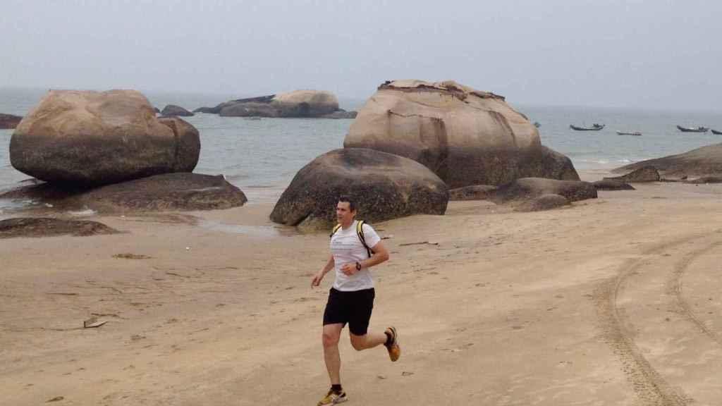 Alberto corriendo en una playa de China.