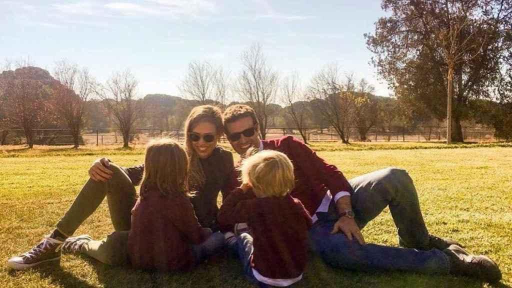 Pablo Casado con su familia en una imagen de redes sociales.