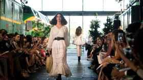 La modelo luce una de las creaciones de la diseñadora Juana Martín.