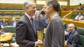 Urkullu con Unai Urruzuno, portavoz de Bildu en el Parlamento vasco