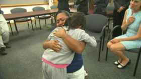 Una madre llora de alegría tras reunirse con su hija después de 55 días separadas por la política de Trump