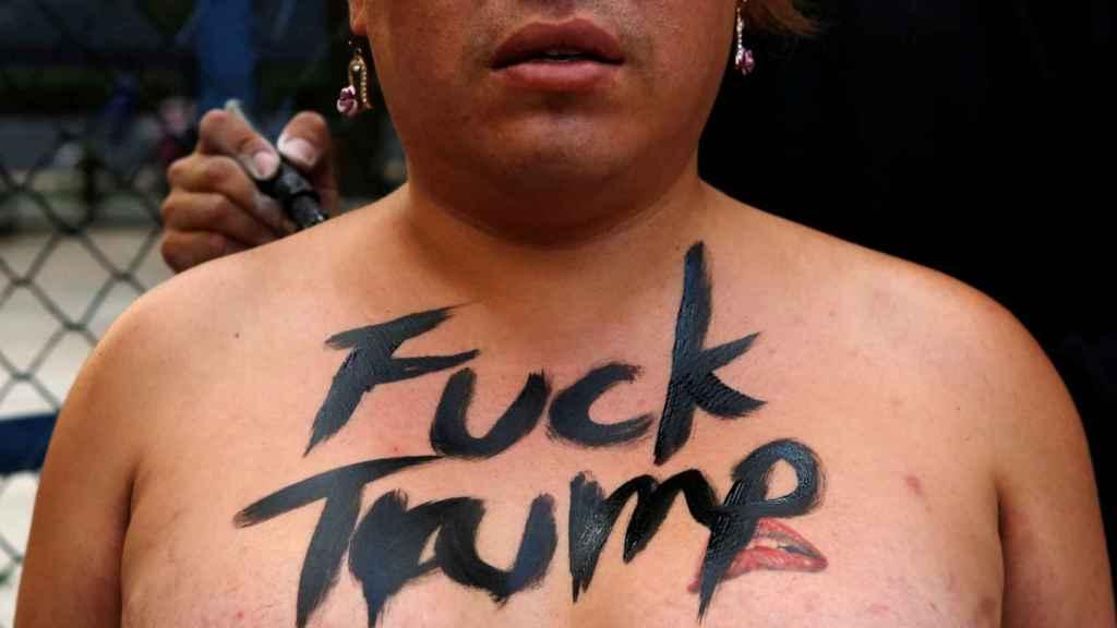 Manifestante frente a la embajada de EEUU en México