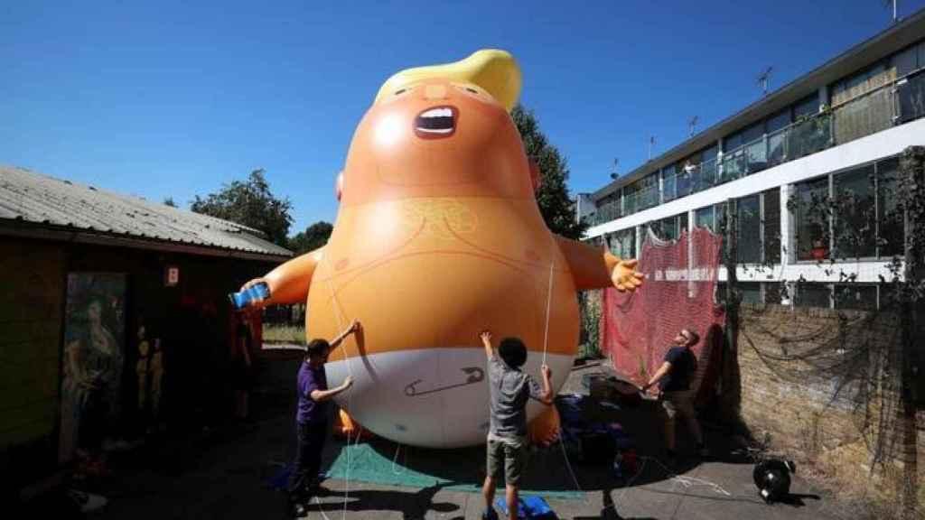 Activistas preparan el vuelo del Baby Trump