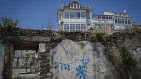 En Ferrol Vello las casas abandonadas son una constante. Aquí hay pintadas con el yugo y las flechas y de una esvástica.