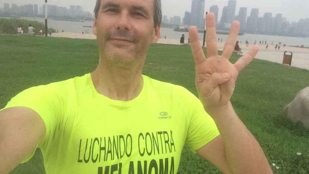 Alberto Marco Bescós en Xiamen (China), con una camiseta de 'Luchando contra el melanoma'.