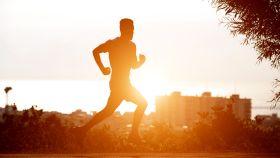Un runner realizando una sesión de entrenamiento al sol.