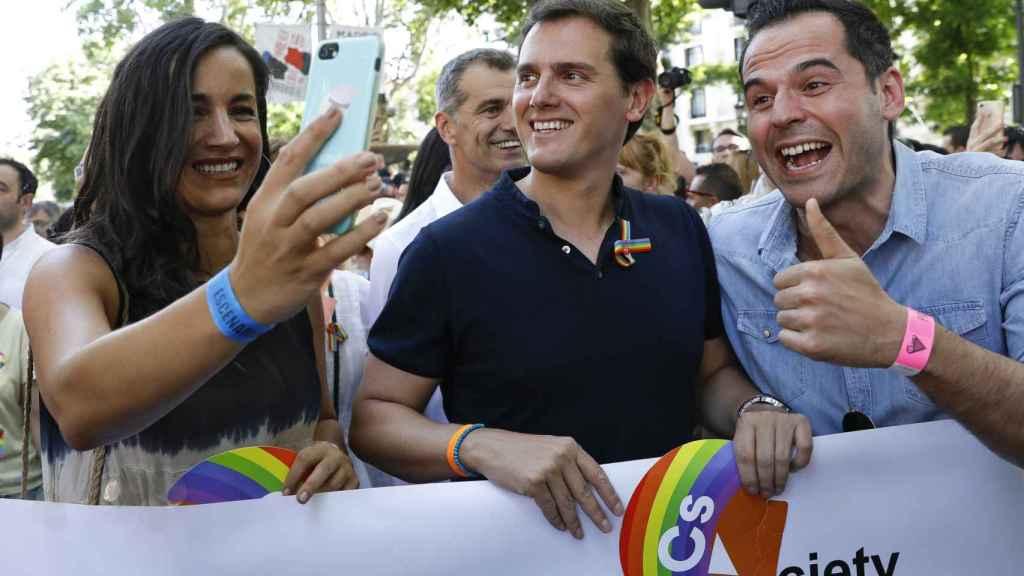 Begoña Villacís, Albert Rivera e Ignacio Aguado en el Orgullo Gay de 2018.