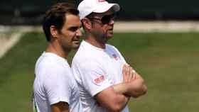 Federer, junto a su entrenador Severin Luthi en un entrenamiento en Wimbledon.