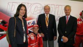 Álvaro de Orleans-Borbón y su esposa Antonella, junto al rey Juan Carlos y el piloto de MotoGP Casey Stoner.