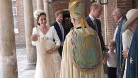 Kate Middleton presenta a su hijo Louis al reverendo.