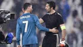 Cristiano y Buffon se saludan. Foto juventus.com