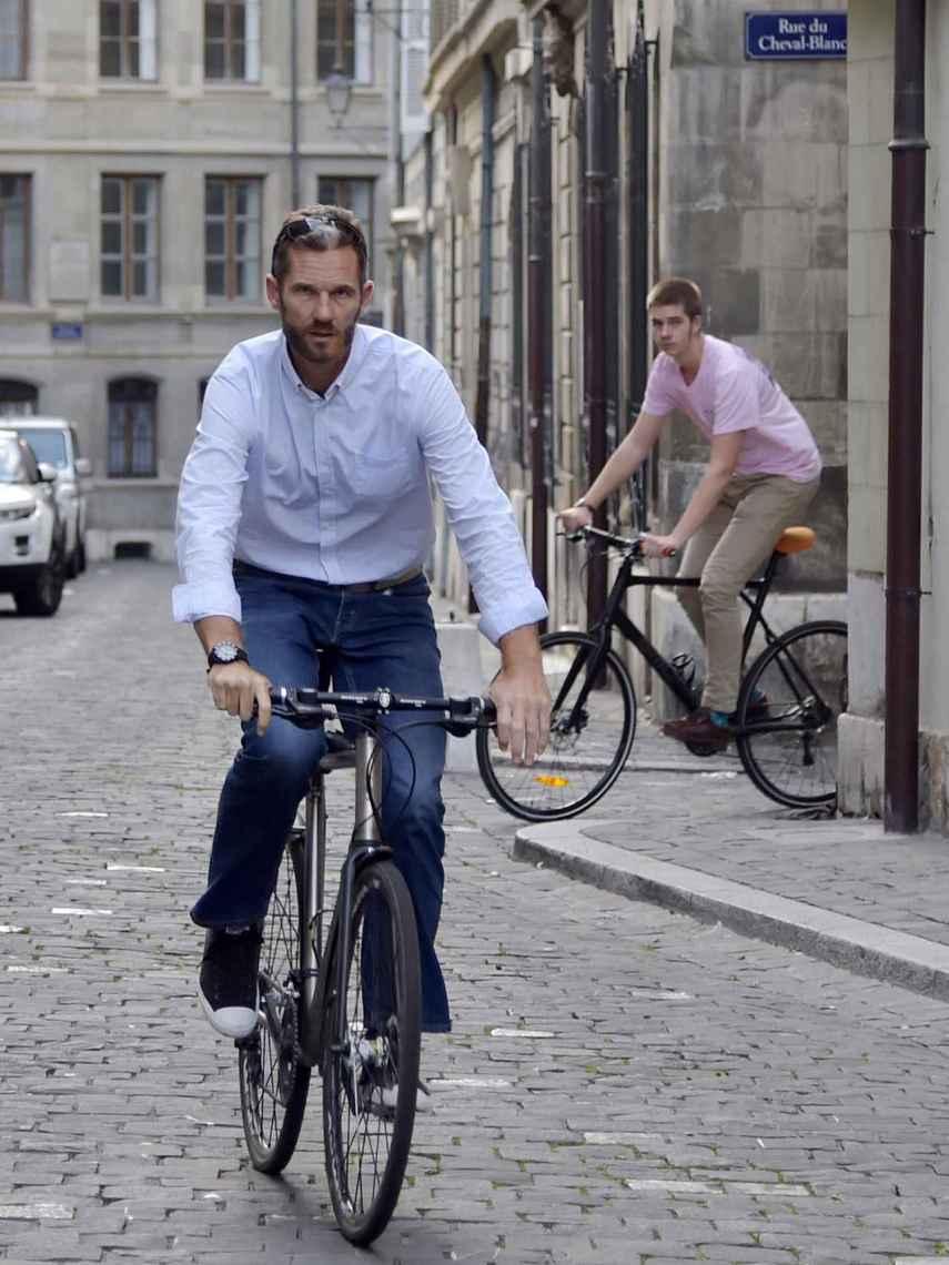 Padre e hijo en bicicleta por la calles de Ginebra.