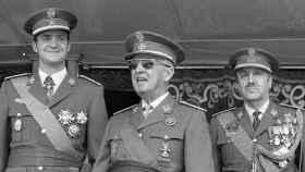 Juan Carlos I, a la izquierda, con Franco, en el centro de la imagen, en una foto histórica.