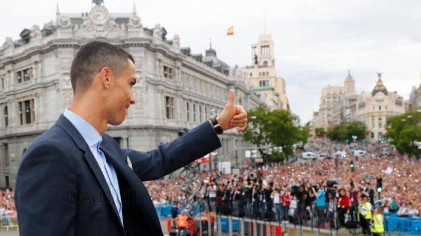 Cristiano Ronaldo saluda a la afición del Real Madrid en Cibeles
