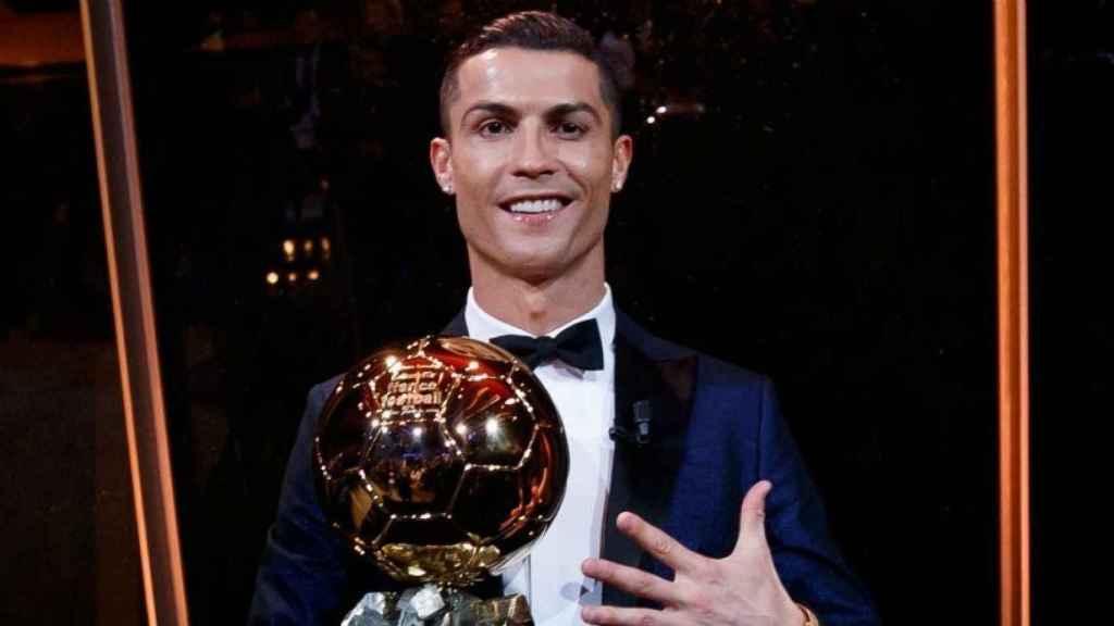 Cristiano posa con el Balón de Oro