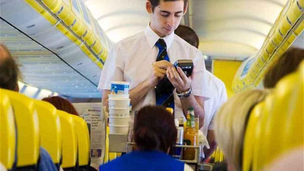 Un tripulante de Ryanair, en una imagen de archivo.