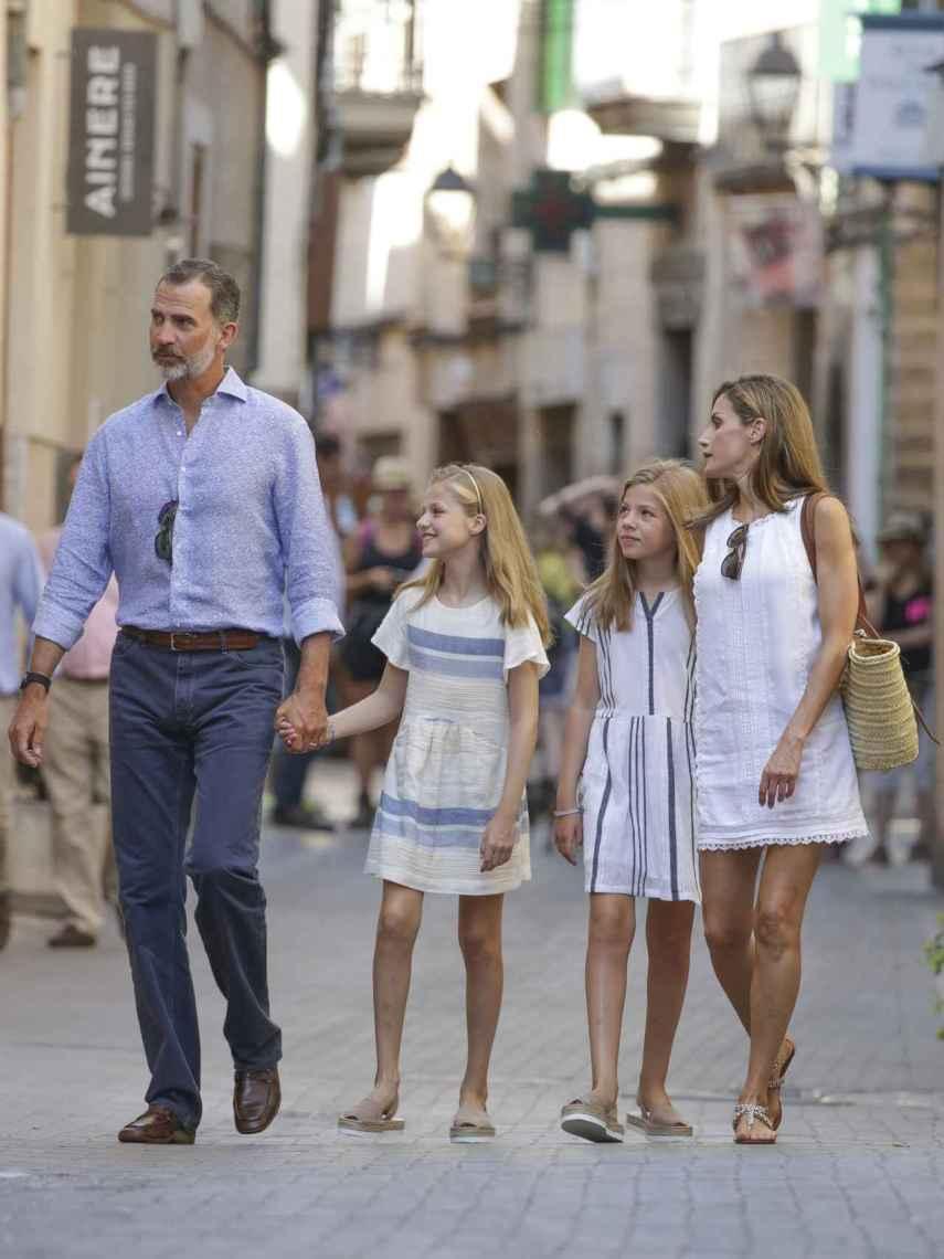 Felipe, Letizia y sus hijas de vacaciones.
