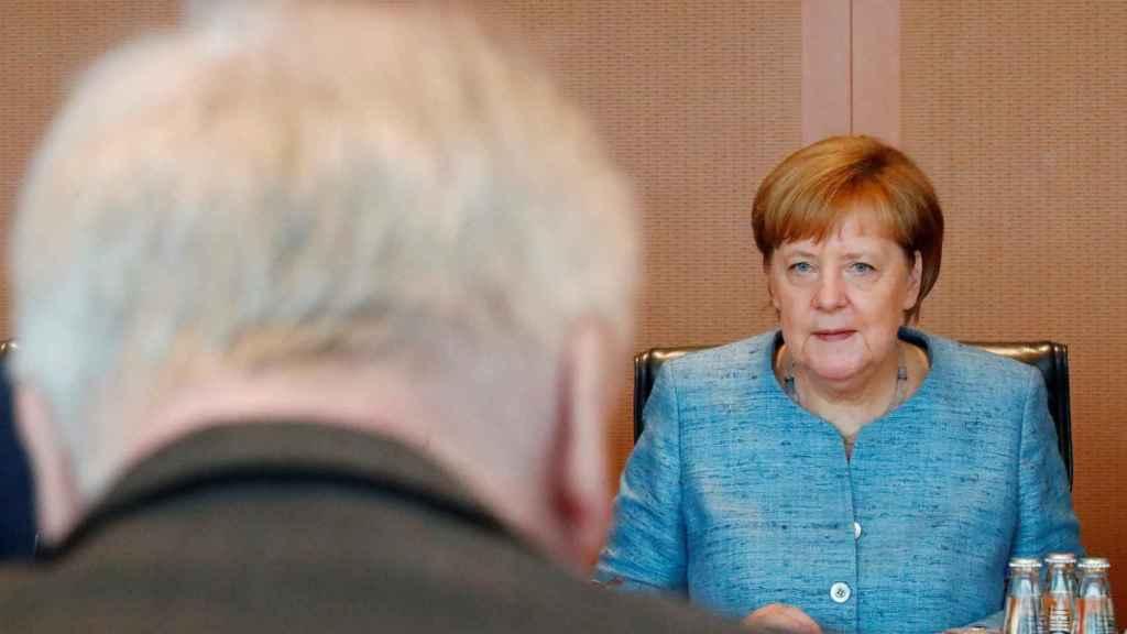 Seehofer junto a Merkel durante una reunión en Berlín.