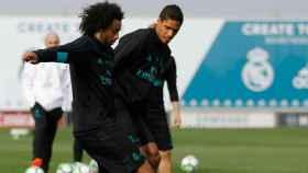 Marcelo y Varane se disputan un balón