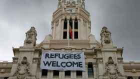 Pancarta dando bienvenida a los refugiados en el Ayuntamiento de Madrid.